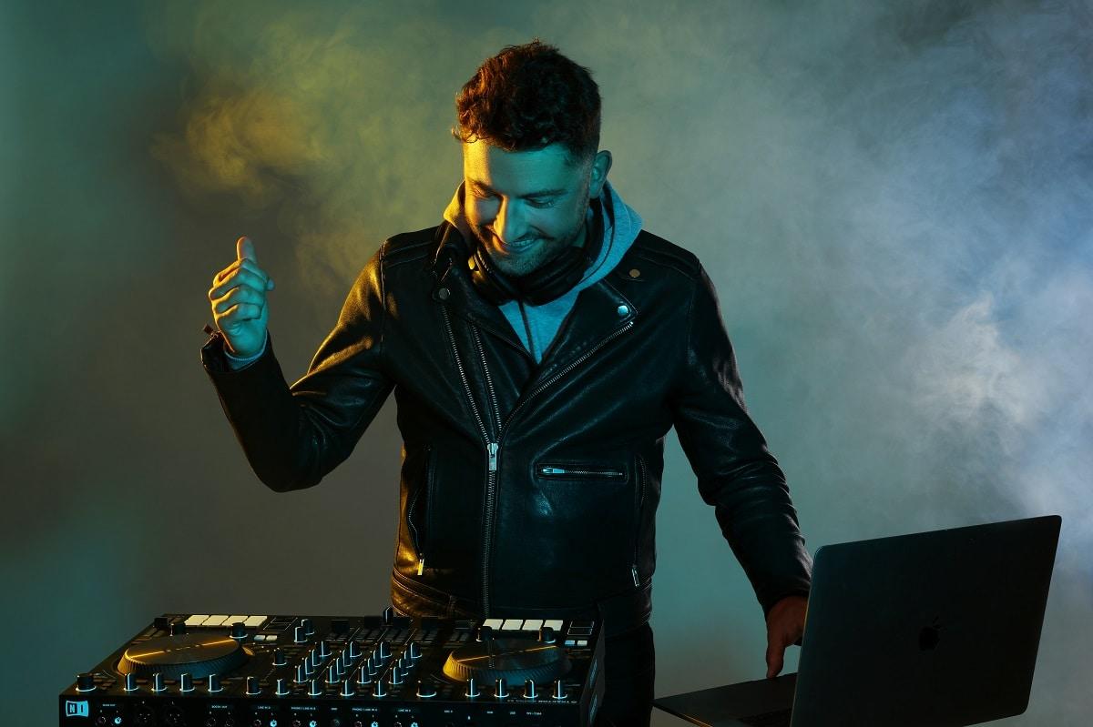 Damien Keys DJ & Cocktail Pianist UK France Europe